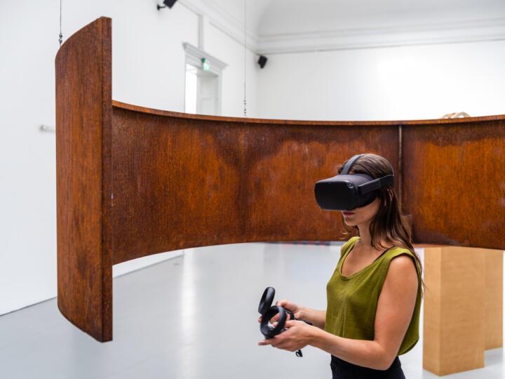 Izabel Lind Färnstrands Oblivion, 2020, virtuell verklighet och metall, avgångsutställning 2020. Foto: Jean-Baptiste Béranger.